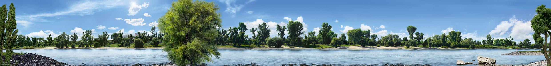 Photoshopmäßig bearbeitetes großformatiges Panoroma wie beim Fotografen Andreas Gursky zusammengebaut aus unzähligen Einzelfotos. 1,6 km Rhein und Rheinufer von Lörick mit Bepflanzung und blauem Himmel werden auf 9m Länge hinter Acryl abgebildet und hängen im Foyer des Rheinoffice in Düsseldorf.
