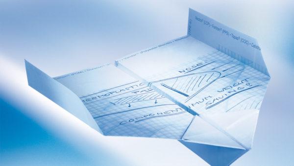 Die Gedanken und Ideen los lassen, fliegen lassen - Der Papierflieger als Synonym für auffallendes, erfolgreiches Marketing und zielführende Kampagnen.