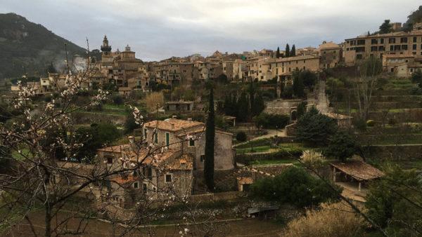 Reisefotografie für die Touristikbranche: stellvertretend ein traumhafter Blick über die alte Stadt Valdemossa auf Mallorca - Weltkulturerbe - Ziel vieler Touristen aus aller Welt.